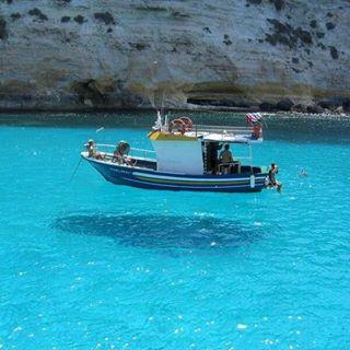 Şeffaf suda havada duran tekne