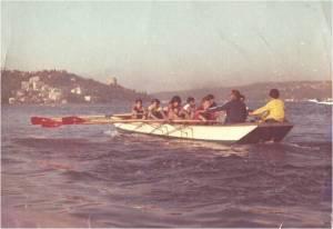 9-1976. Emin Gezgöç kürek sporuna yeni başlayan gençleri eğitirken.