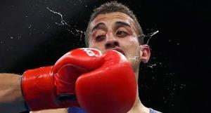 22-Cezayirli Mohamed Flissi bu resimde kötü görünüyor ama rakibi Bulgar Daniel Asenow'u yenmeyi başardı.