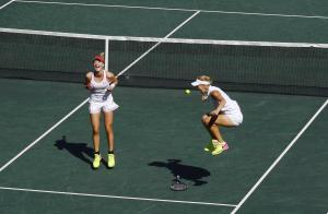 30-Rus tenisçiler Elena Vesnina ve Ekaterina Makarova İsviçreli rakpleri Martina Hingis ve Timea Bacsinszky'yi yendikleri final maçında
