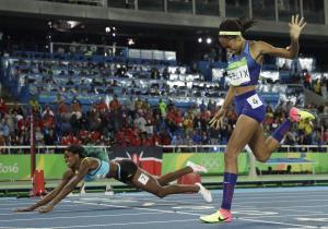 31-Bahamalı Shaunae Miller 400m finalinde finiş çizgisine balıklama atlayışını yaparak Altın Madalyayı aldığı an...