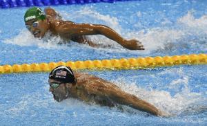 32-Güney Afrikalı Chad Le Clos'un 200m Kelebek finalinde Altın Madalyayı kazanan rakibi Michael Phelpse bakışı
