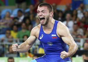 34-85 kg Greko Romen güreşcisi Rus Davit Chakvetadze Ukraynalı Zhan Belenyuk'u yenerek Altın Madalyayı kazanınca