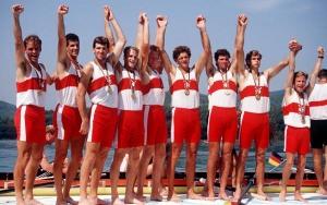 Canada's men's 8+ rowing team celebrate their gold medal win in the 8+ rowing event at the 1992 Olympic games in Barcelona. (CP PHOTO/ COA/Ted Grant) L'équipe du huit d'aviron du Canada célèbre après avoir remporté une médaille d'or aux Jeux olympiques de Barcelone de 1992. (PC Photo/AOC)