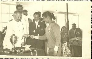 29-1957-1-temmuz-unal-yaman-madalyasini-alirken