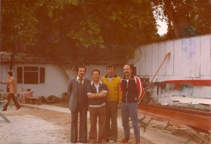 hereke-kulubu-onunde-alman-antrenor-hocasi-volker-nolte-emir-turgan-ve-sari-kemal-yuce-1979